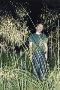 Mathieu Boogaerts parmi les herbes