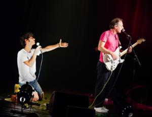 """Mathieu Boogaerts lors de la tournée de l'album """"Promeneur"""" (t-shirt rose)"""
