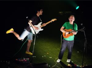 """Mathieu Boogaerts lors de la tournée de l'album """"Promeneur"""" (t-shirt vert)"""